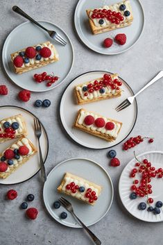 Berry and Creamy White Chocolate and Yogurt Mille Feuille Chocolate Yogurt, Chocolate Cream, Creamy Layer, Creamy White, Custard Slice, Serving Platters, Quick Meals, Delicious Desserts, Berry