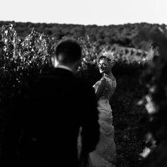 Entre viñedos. #bodaenviñedo #bodaencastillo #fotoblancoynegro #parejasquemolan #boda #fotografodebodas #bodaentoro #bodaenbodega #tonyromerophotographer #mywork #sitiosquemolan #parejasbonitas #instalove #couple #wedding #weddingplanner #toro