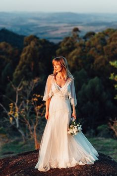 Casamento no campo - vestido de noiva com mix de rendas e mangas amplas - renda e tule point d'esprit ( Foto: Lucas Lima | Vestido de noiva: Emannuelle Junqueira | Local: Terras de Clara )