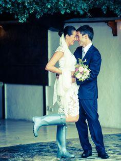 ¡Nos encantan las novias con botas de agua! {Foto, Foto Amaiur} #weddingshoes #bridalshoes #zapatosdenovia