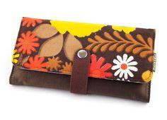 Mooie, handige portemonnee Laura van Huisteil creaties, gemaakt van een tweetal retro stofjes. ✓ Voor 21.00 uur besteld, morgen in huis
