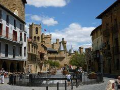 La plaza mayor de Olite con el castillo al fondo.