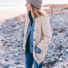 Rien de tel qu'un gros gilet pour réchauffer une veste en jean ! (photo Prosecco & Plaid)