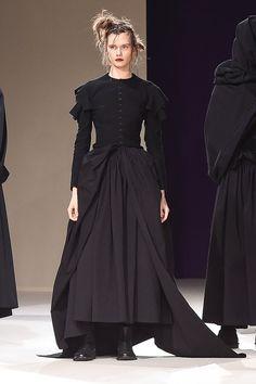 Yohji Yamamoto | Ready-to-Wear - Autumn 2019 | Look 1 Dark Fashion, High Fashion, Fashion Fashion, Yoji Yamamoto, Runway Fashion, Fashion Outfits, Witch Outfit, Lolita, Thrift Fashion