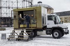 A Mercedes-Benz Unimog food truck? Mercedes Benz Unimog, Mobile Bar, Mobile Shop, Mobile Stand, Food Trucks, Citroen Hy, Food Truck Business, Daimler Ag, Truck Design