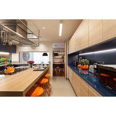Um sonho de Cozinha. • • • • Detalhe para o nicho em azul marinho…