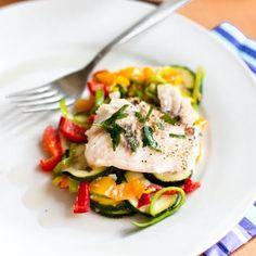Dorsz pieczony na warzywach to zdrowy, smaczny i szybki obiad. Jemy coraz więcej ryb i powoli przekonuję się do nowych gatunków. Tym raze...