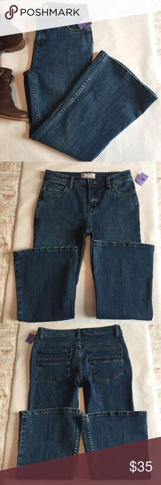 """NWT! Free People Chloe Cropped Flare Jeans On trend Kick Flare style! Slim fit through hips and thighs Flared cropped leg Zipper and button closure Five pocket styling with a blue stripe through the rear pockets Medium blue wash with fading 96% Cotton/3% Polyester/1% Spandex Measurements (Approximate): Size : 25 (14"""" across laying flat) Hips : 17"""" (across under the fly laying flat) Rise : 9"""" Inseam : 24"""" Free People Jeans Flare & Wide Leg"""