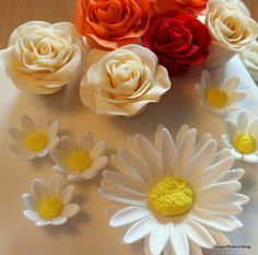 DIY / tutorial Learn how to make a fondant or gum paste Shasta Daisy Flower. You can use this sugar flower to decorate fondant cakes / wedding cakes. Fondant Flower Tutorial, Fondant Flowers, Sugar Flowers, Diy Tutorial, Cake Decorating Techniques, Cake Decorating Tutorials, Decorating Ideas, Wedding Cake Designs, Wedding Cakes