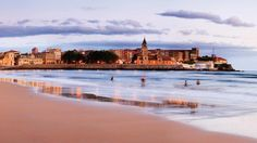 El muro, como se conoce en la ciudad al paseo de la playa, es el centro de la vida social de la ciudad y el lugar desde donde se divisa la imagen más característica de Gijón: la playa de San Lorenzo (o San Llorienzu) con la iglesia de San Pedro al fondo.
