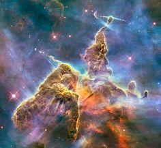 """nebulosa della Carina, o della Carena, una zona di intensa formazione stellare situata nell'omonima costellazione a 7.500 anni luce da noi. Il """"pennacchio"""" di gas e polvere, lungo tre anni luce, viene gradualmente dissipato dalle brillanti stelle vicine, mentre al suo interno stelle appena nate emettono potenti getti di gas."""
