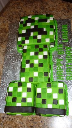 Minecraft Cake~tried doing this and it was a complete fail lol. Oh well. My son still lived it Minecraft Birthday Party, Minecraft Cake, 9th Birthday, Birthday Cakes, Birthday Ideas, Birthday Parties, Creeper Cake, My Bebe, Party Ideas