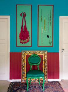 """A química entre o vermelho, o verde-esmeralda e o azul foi tão surpreendente que, depois de pintar a parede, a designer de interiores Neza Cesar não quis mais sair de seu quarto. """"A dica é equilibrar cores quentes com frias"""", aconselha"""