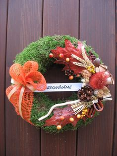 Dušičkový mechový V. Dušičkový věnec z mechu dozdobený sušinou. Rozměr - průměr 27 cm. Christmas Pine Cones, Funeral Flowers, Advent, Gardening, Wreaths, Fall, Decor, Flowers, Holiday Wreaths