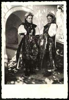 Kalotaszeg (Kolozsmegye) Hungarian girls from Kalotaszeg, Cluj county, nowadays România. Art Costume, Folk Costume, Costumes, John Currin, Hungarian Girls, Hungarian Embroidery, Folk Dance, Traditional Outfits, Ethnic