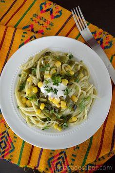 Pasta con salsa de chile poblano y elote | http://www.pizcadesabor.com/2013/09/23/pasta-con-salsa-de-chile-poblano-y-elote/