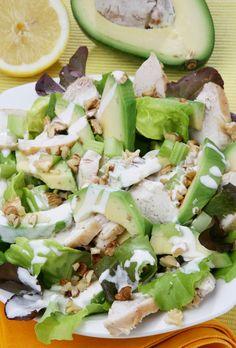 Groene salade met walnoten, avocado en gerookte kipfilet