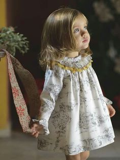 Mädchen Kleid in Toile de Jouy – Toñi Bitácora de una Mamá – Join in the world of pin Baby Dress Design, Baby Girl Dress Patterns, Little Girl Outfits, Little Girl Fashion, Little Girl Dresses, Girls Dresses, Vintage Baby Dresses, Dress Girl, Toddler Girl Dresses