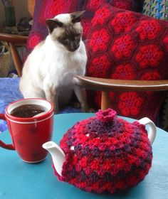 Granny Tea Cozy Tutorial from Crochet with Raymond. Grannies Crochet, Crochet Cozy, Hand Crochet, Free Crochet, Crochet Geek, Crochet Potholders, Tea Cosy Pattern, Crochet Tea Cosy Free Pattern, Teapot Cover