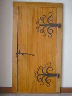 Although I believe these fixtures too large for this particular door . I adore hand forged door hardware Blacksmith Workshop, Blacksmith Forge, Blacksmith Projects, Door Hinges, Door Knockers, Door Latch, Wood And Metal, Metal Art, Dark Wood