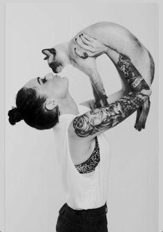 I love both cat and lady tatoo Tattoo Chat, Arm Tattoo, Sleeve Tattoos, Tattoo Ink, Tattoo Girls, Ladies Tattoos, Josie Loves, Aquarell Tattoo, Bild Tattoos