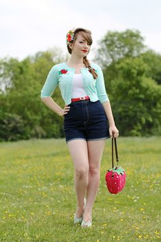 Collectif Lucy strawberry cardigan, Lily denim shorts and strawberry wicker bag … Moda Rockabilly, Moda Pinup, Rockabilly Outfits, Casual Rockabilly Fashion, Rockabilly Girls, Rockabilly Style, Denim Midi Dress, Blue Denim Dress, Retro Fashion 50s