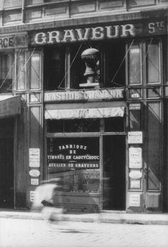 La Maison Trabuc fabrique des tampons et gravures depuis 1896. Elle est Entreprise du Patrimoine Vivant et représente l'un des symboles des commerces de tradition du début du siècle dernier. Artisans, France, Commerce, Tampons, Boutiques, Broadway Shows, Label, Neon Signs, Photos