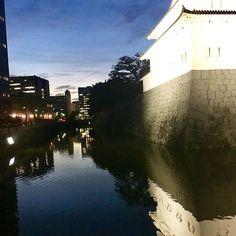 Instagram【ba2kuma】さんの写真をピンしています。 《雨が降りだしました静岡です。 台風18号はこれから夜中にカミナリとともに通過予定(@_@) 気をつけてお過ごしください🌀 昨日の夕焼けと街の明かりが反射した 駿府城公園のお堀🎶 今日もお疲れ様でした。 #sky #skylovers #blue #sunset #bluesky #reflection #relax #night #nightview #view #park #workout #castle #beautiful #japan #lovers_nippon #goodnight  #空 #夜景 #夜 #眺め #landscape #nature #naturelovers #自然 #駿府城公園 #リラックス #綺麗 #お疲れ様でした #日本》