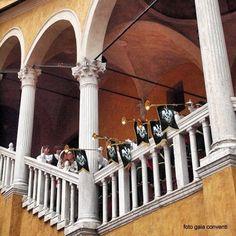 Ferrara. Chiarine del Rione Mota sullo scalone del municipio.