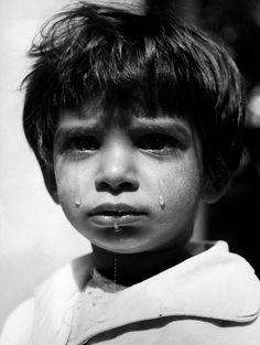 Orphanage for children 1947 Photo: © Werner Bischof/Magnum Photos Crying Face, Diane Arbus, Eye Photography, Documentary Photography, Children Photography, Paris Match, Photographer Portfolio, Face Expressions, Magnum Photos