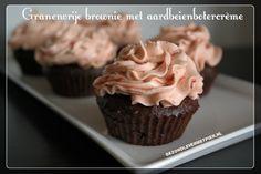 Recept voor granenvrije brownie en suikervrije aardbeienbotercrème. Feestelijke en gezonde frosting!