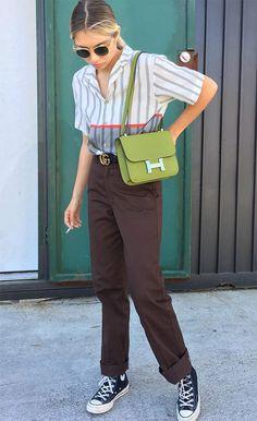 Street style look Ganna Bogdan: tênis + calça alfaiataria e camisa listrada.