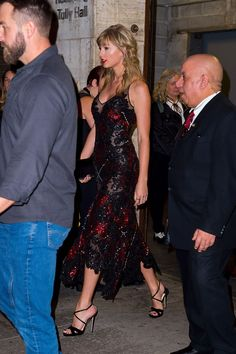 Taylor Swift stuns in sheer dress as she supports boyfriend Joe Alwyn at The Favourite premiere Taylor Swift Hot, Taylor Swift Outfits, Frases Taylor Swift, Style Taylor Swift, Taylor Swift News, Taylor Swift Pictures, Taylor Swift Boyfriends, Red Taylor, Taylor Swift Songs