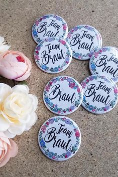 "Button ""Braut"" – Blumenkranz With these cute flower-style JGA pins, your bride will surely make eyes! Surprise yourself with these great buttons and other JGA ideas. Discover now in our groomsmen shop! Hand Flowers, Bride Flowers, Rose Wedding, Wedding Pics, Bachelorette Party Food, Artificial Bridal Bouquets, Corona Floral, Brides Maid Proposal, Badge"
