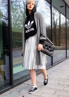 #streetstyle #bloggerstyle #style #jwanderson #plissee #metallic #skirt #rock #midi #mini #maxi #turnschuhe #sneaker #sneakers #nike #adidas #converse #shoes #kicks #oldskool #oldschool #kapuze #hoodie #cute #girly #stylish #fashion #mode #outfit #ootd #gray #black #skater #highlow