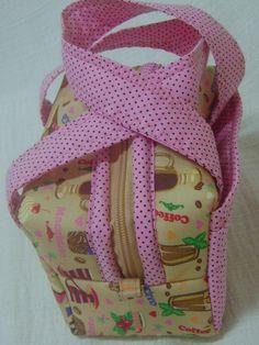 Lunch Bag ou Lancheira térmica feita tecido 100% algodão e forrada com tecido térmico. Fechamento com zíper.    Mede aproximadamente 17cm de largura, 10cm de altura e 10cm de profundidade. R$ 35,00