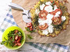 Rösti-Pizza mit Salat - Für 1 Erw. und 1 Kind (7–14 Jahre) - smarter - Kalorien: 492 Kcal - Zeit: 40 Min. | eatsmarter.de