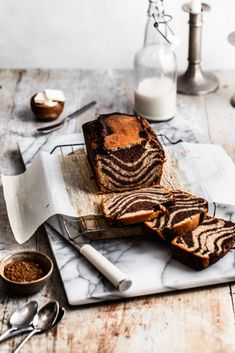 Healthy Gluten Free Marble Cake is moist and soft banana bread swirled with ribbons of chocolate banana cake--perfect for using those overly ripe bananas. Gluten Free Banana Bread, Gluten Free Chocolate, Healthy Dessert Recipes, Gluten Free Desserts, Logo Panaderia, Dairy Free Cupcakes, Baking Soda Baking Powder, Pavlova, Vegan Caramel