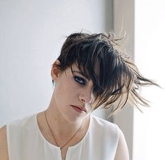 Juliette Binoche and Kristen Stewart in Clouds of Sils Maria New York Times Portraits photographed by Chris Buck, April Androgynous Women, Androgyny, Sils Maria, Kristen Stewart Movies, Kirsten Stewart, Daniel Gillies, Grunge Hair, Pixie Hairstyles, Celebs