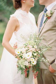 ラフで無造作。ぴょんぴょん飛び出すお花がポイント♡海外花嫁さんに学ぶおしゃれ『ワイルドブーケ』10選♡にて紹介している画像
