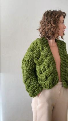 Baby Knitting Patterns, Loom Knitting, Knitting Designs, Crochet Designs, Knit Cardigan Pattern, Cable Knit Cardigan, Crochet Cardigan, Chunky Crochet, Knit Crochet