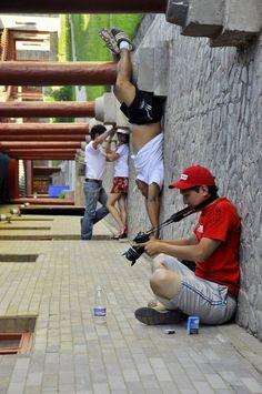 25 photographies à la perspective forcée très bien réalisées, l'illusion d'optique qui donne mal au crâne | Buzzly