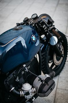 ROA motorcycles crafted the BMW R80 a hooped subframe, which finishes with a smooth flowing line that mirrors the groove on the brown saddle.