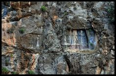 غار سلمان در فاصله سه کیلومتری جنوب باختری شهر ایذه کنونی، در انتهای درهای واقع شده است. اشکفت سلمان محوطه ای وسیع است  که در درون صخره طبیعی کوه به  غار و سنگ نوشته اشکفت سلمان ایذه Iranian, Painting, Art, Art Background, Painting Art, Kunst, Paintings, Performing Arts, Painted Canvas