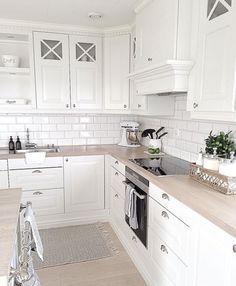 Light wood kitchen backsplash back splashes 22 Ideas Ikea Kitchen, Home Decor Kitchen, Interior Design Living Room, Home Kitchens, Kitchen Wood, Kitchen Paint, Vintage Kitchen, Light Wood Kitchens, Kitchen Backsplash