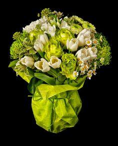 HOPPER Bouquet delicado y elegante elaborado con preciosas rosas verdes, tulipanes, margaritas... Perfecto para cualquier ocasión. mardeflores.com/... #enviodeflores