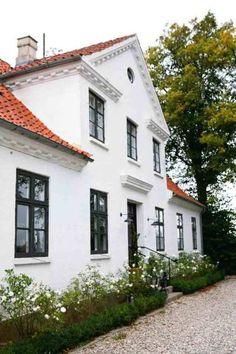 White interior home by Tine Kjeldsen. Nordic Home, Scandinavian Home, Big Houses, White Houses, Architecture Design, Swedish House, Dream House Exterior, Up House, Facade House