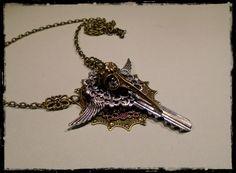 Steampunk kulcs medálos nyakláncok, madárkoponyával Bronz, vörösréz és ezüst színű filigránokkal díszítve  Ár: 2500 Ft  Facebook: https://www.facebook.com/media/set/?set=a.1051472464903894.1073741932.530665666984579&type=3&uploaded=4