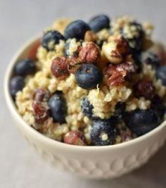 Salada de café da manhã com blueberries, avelãs e limão siciliano  (ou: assim eu como café da manhã todos os dias)  Na receita: aveia + quinua + azeite + gengibre + limão siciliano + maple syrup + iogurte + noz-moscada + avelãs + blueberries = :-))))  A receita inteira você vê aqui.