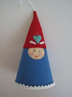 Gnome Along Garland Felt Crafts, Holiday Crafts, Crafts To Make, Diy Projects Handmade, Handmade Toys, Felt Ornaments, Christmas Ornaments, Christmas Ideas, Friend Crafts